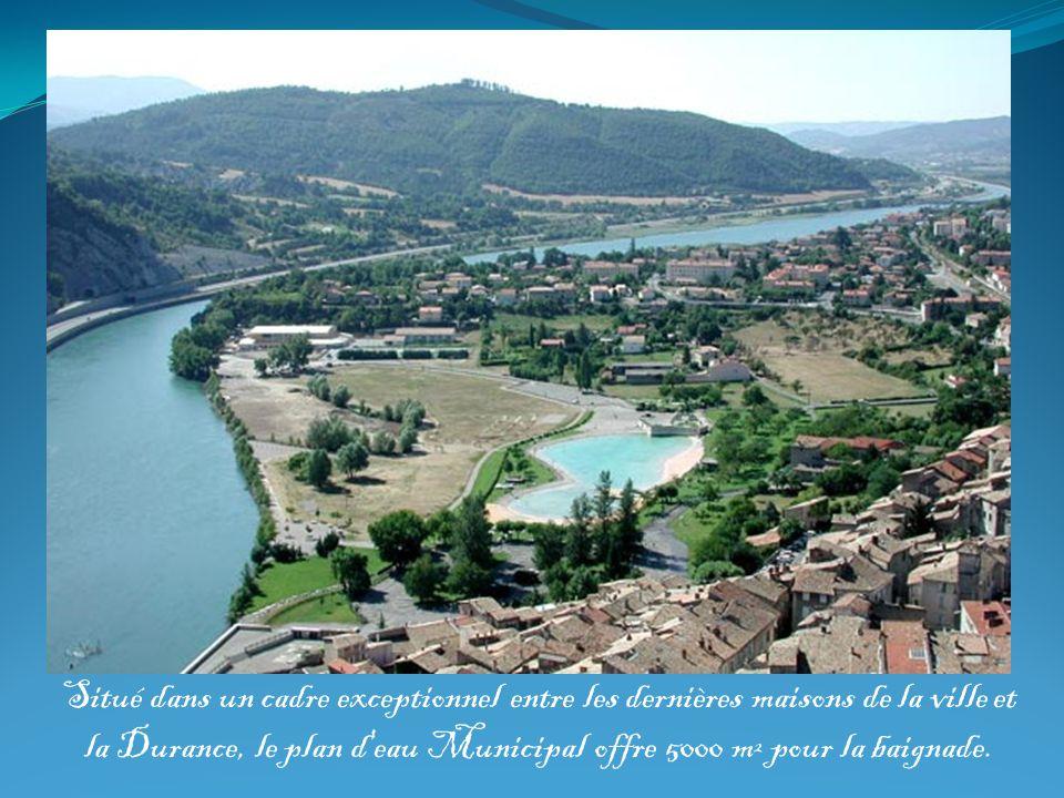 Situé dans un cadre exceptionnel entre les dernières maisons de la ville et la Durance, le plan d'eau Municipal offre 5000 m² pour la baignade.