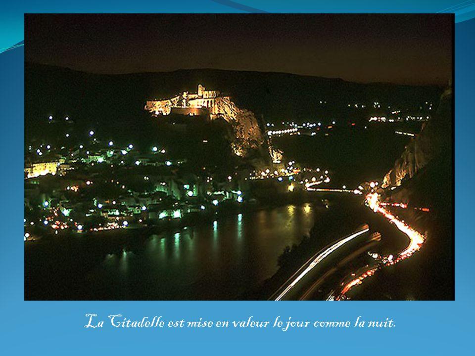 La Citadelle est mise en valeur le jour comme la nuit.