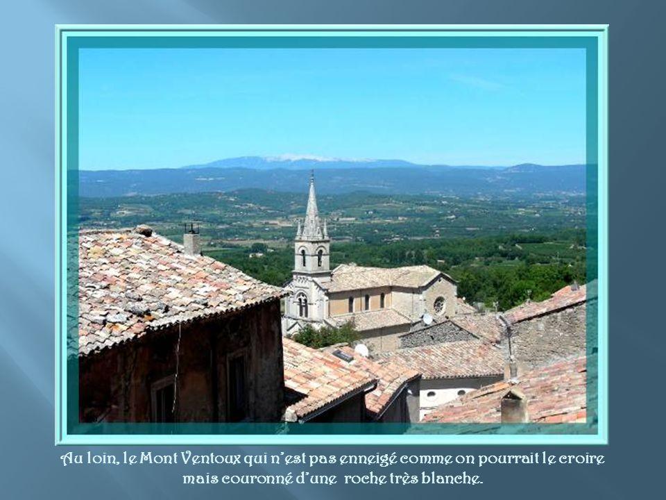 Cette photo, montre au zoom, le village de Lacoste situé à quelques km seulement et son château où le Marquis de Sade séjourna à plusieurs reprises.