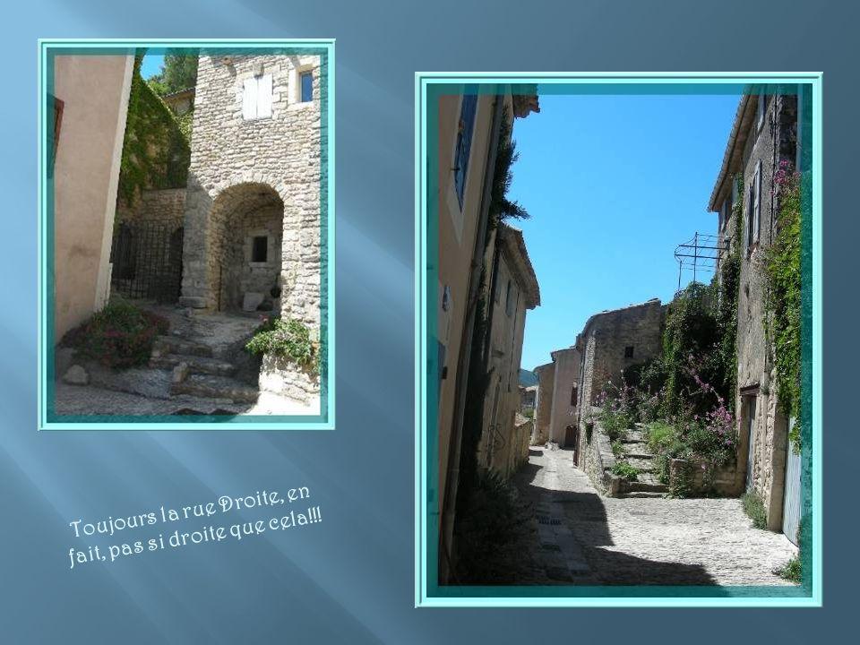 Nous poursuivons par la rue Droite en examinant les belles maisons de pierre…