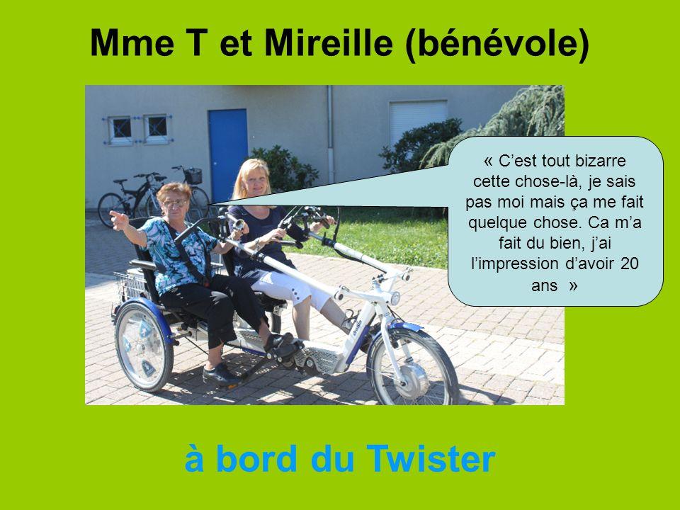 Mme T et Mireille (bénévole) à bord du Twister « Cest tout bizarre cette chose-là, je sais pas moi mais ça me fait quelque chose. Ca ma fait du bien,
