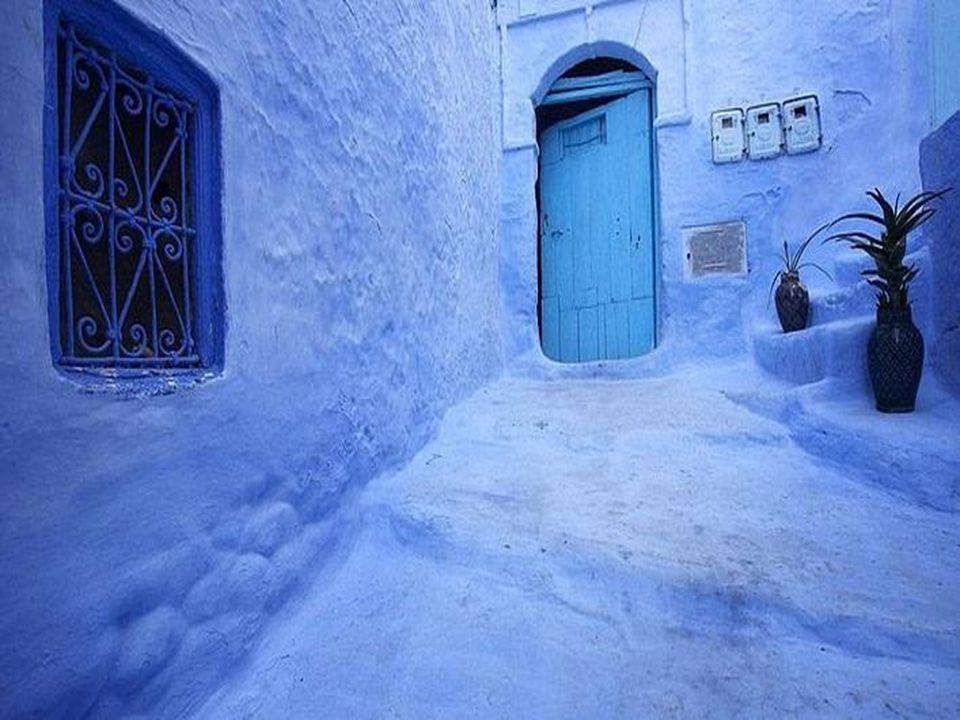 Les tons bleus que les habitants utilisent pour peindre leurs portes et fenêtres, dénotent un esprit rêveur …… comme s'ils rêvaient de la mer