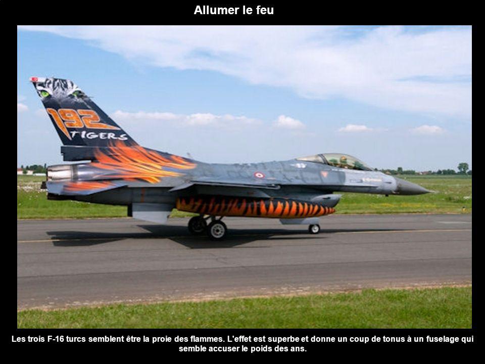 Allumer le feu Les trois F-16 turcs semblent être la proie des flammes. L'effet est superbe et donne un coup de tonus à un fuselage qui semble accuser