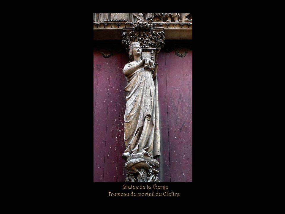 La base de la flèche est entourée de quatre groupes de statues de trois apôtres chacun.