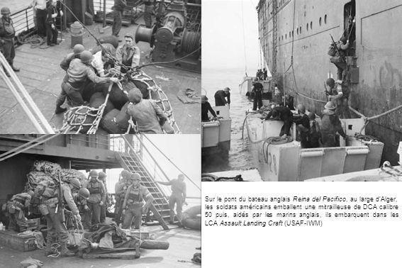 Sur le pont du bateau anglais Reina del Pacifico, au large dAlger, les soldats américains emballent une mitrailleuse de DCA calibre 50 puis, aidés par les marins anglais, ils embarquent dans les LCA Assault Landing Craft (USAF-IWM)