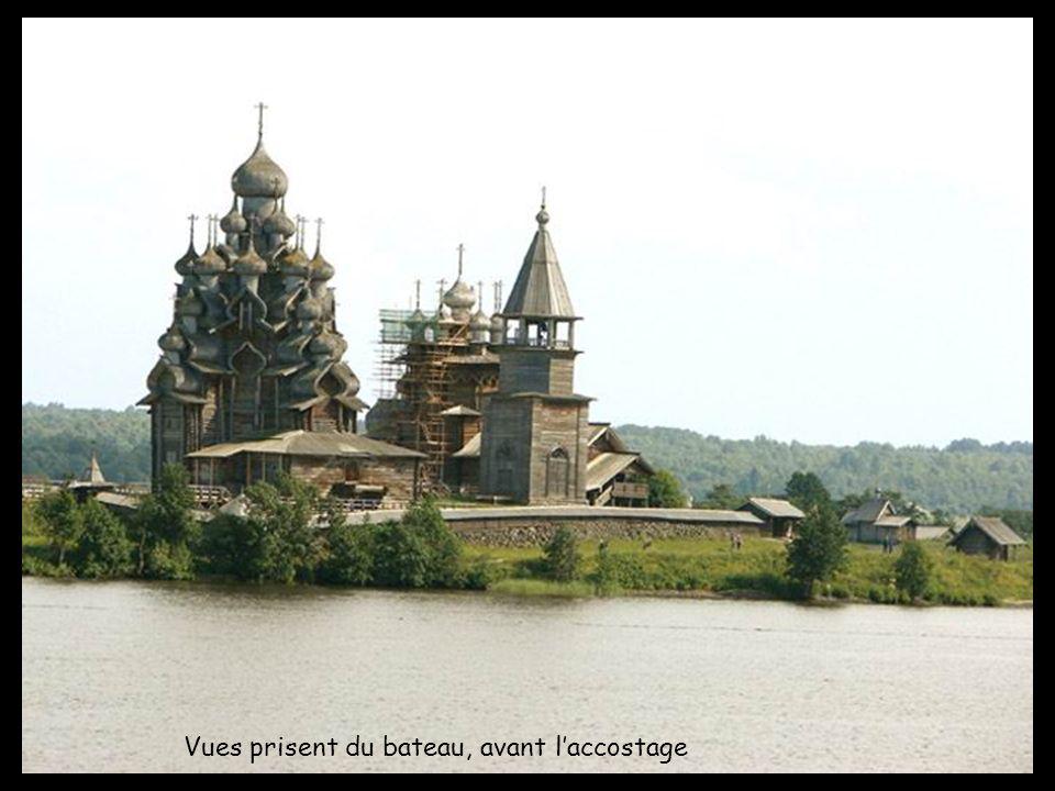 Notre escale daujourdhui est Kiji (en russe : Кижи). Cest une île à lextréme nord du lac Onega dans la république de Carélie. Longue de 7 km et large