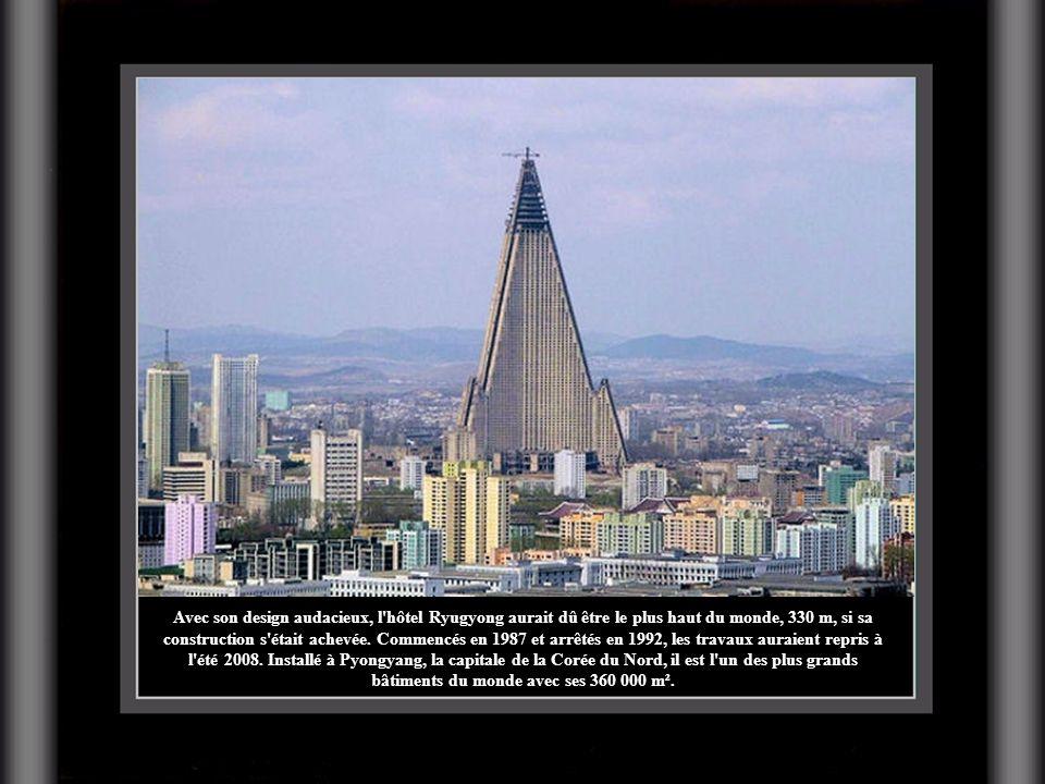Avec son design audacieux, l'hôtel Ryugyong aurait dû être le plus haut du monde, 330 m, si sa construction s'était achevée. Commencés en 1987 et arrê