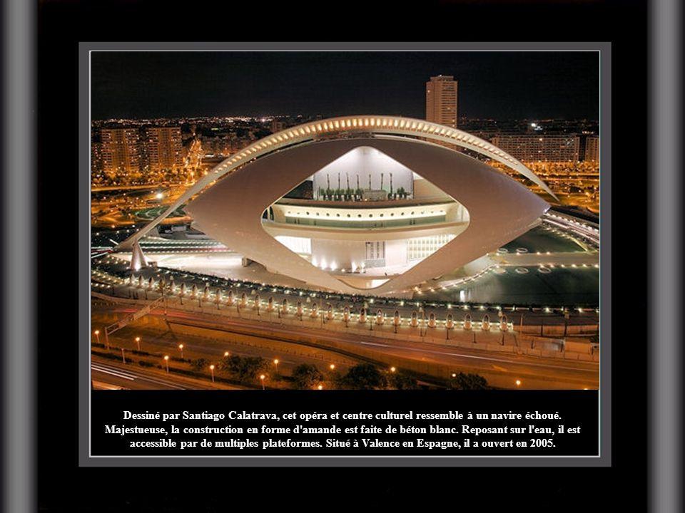 Dessiné par Santiago Calatrava, cet opéra et centre culturel ressemble à un navire échoué. Majestueuse, la construction en forme d'amande est faite de