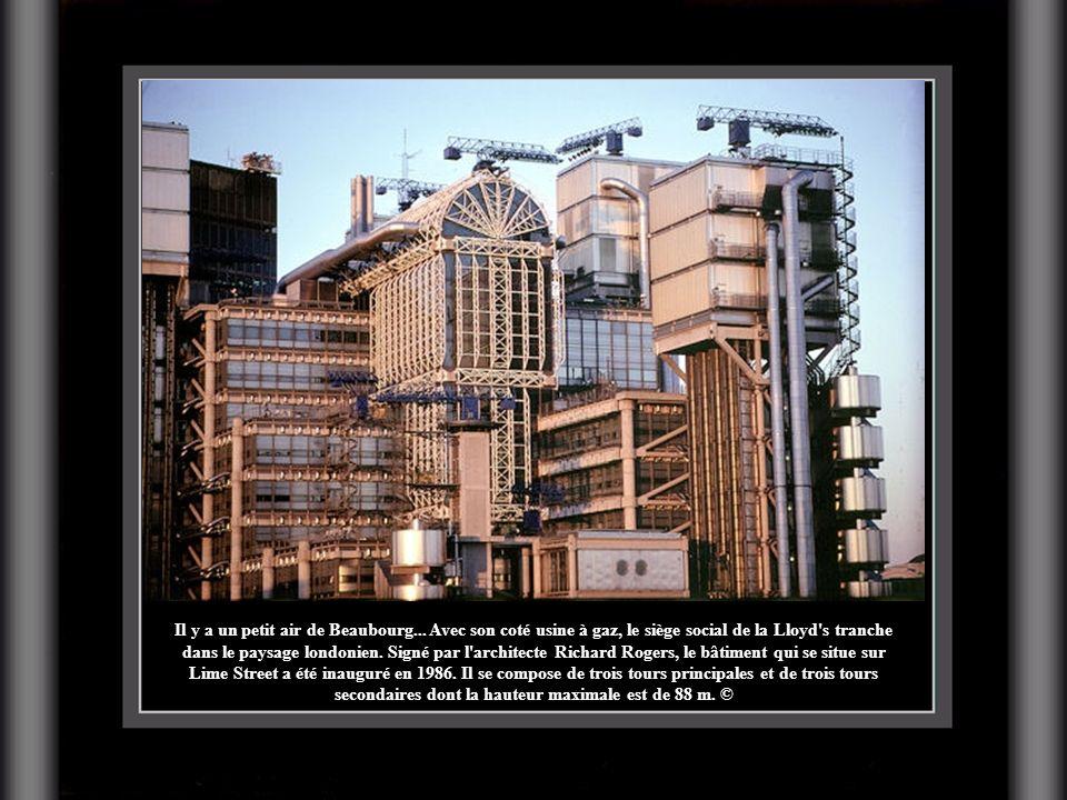 Il y a un petit air de Beaubourg... Avec son coté usine à gaz, le siège social de la Lloyd's tranche dans le paysage londonien. Signé par l'architecte