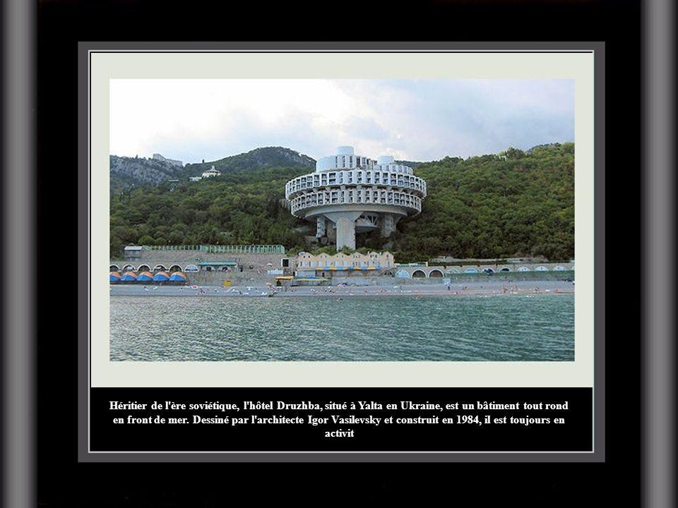Héritier de l'ère soviétique, l'hôtel Druzhba, situé à Yalta en Ukraine, est un bâtiment tout rond en front de mer. Dessiné par l'architecte Igor Vasi