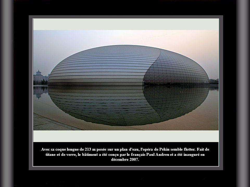 Avec sa coque longue de 213 m posée sur un plan d'eau, l'opéra de Pékin semble flotter. Fait de titane et de verre, le bâtiment a été conçu par le fra