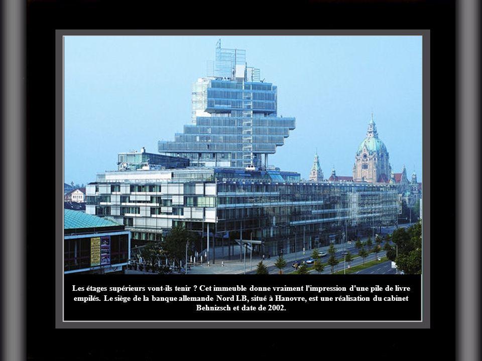 Les étages supérieurs vont-ils tenir ? Cet immeuble donne vraiment l'impression d'une pile de livre empilés. Le siège de la banque allemande Nord LB,