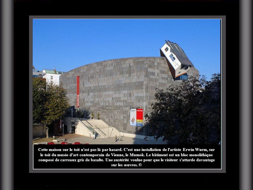 Cette maison sur le toit n'est pas là par hasard. C'est une installation de l'artiste Erwin Wurm, sur le toit du musée d'art contemporain de Vienne, l