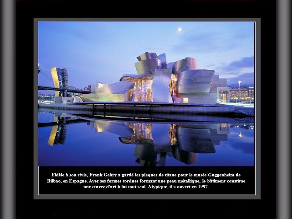 Fidèle à son style, Frank Gehry a gardé les plaques de titane pour le musée Guggenheim de Bilbao, en Espagne. Avec ses formes tordues formant une peau