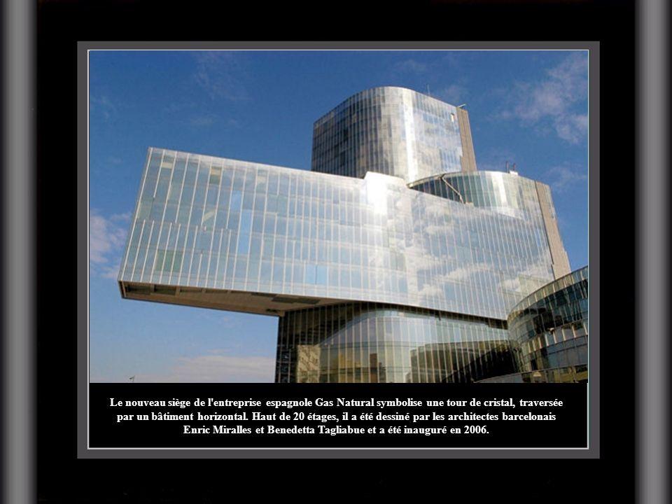 Le nouveau siège de l'entreprise espagnole Gas Natural symbolise une tour de cristal, traversée par un bâtiment horizontal. Haut de 20 étages, il a ét