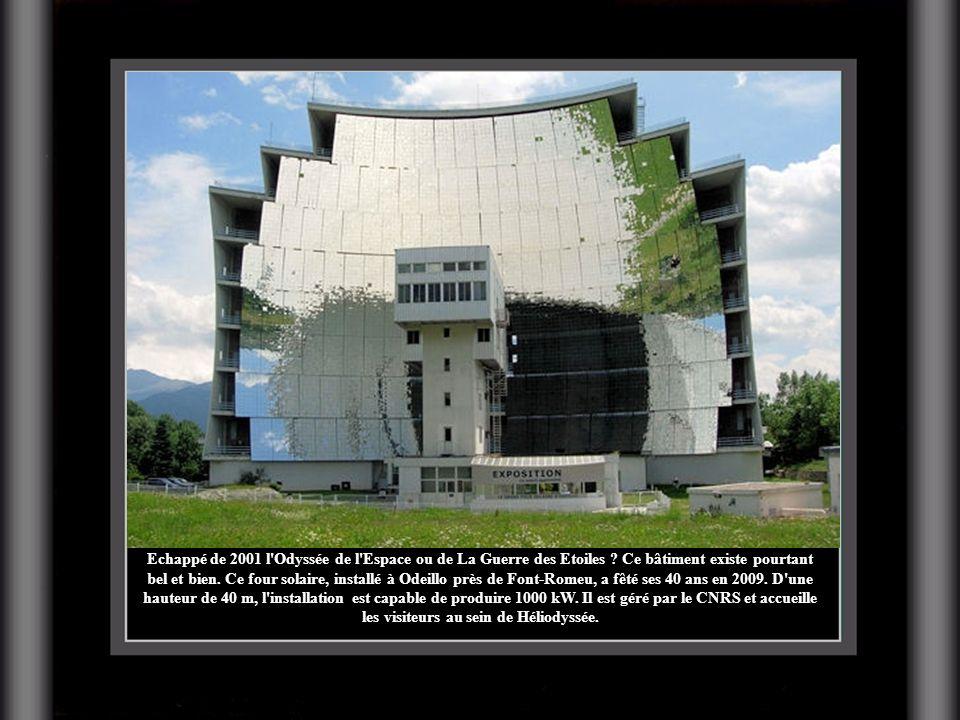 Echappé de 2001 l'Odyssée de l'Espace ou de La Guerre des Etoiles ? Ce bâtiment existe pourtant bel et bien. Ce four solaire, installé à Odeillo près