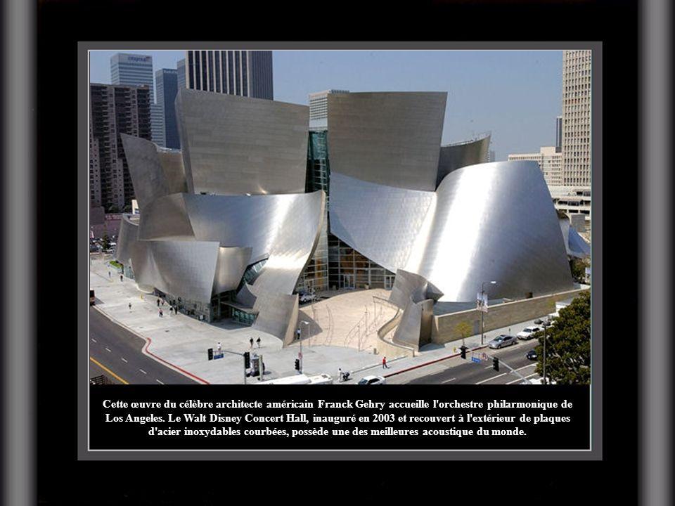 Cette œuvre du célèbre architecte américain Franck Gehry accueille l'orchestre philarmonique de Los Angeles. Le Walt Disney Concert Hall, inauguré en