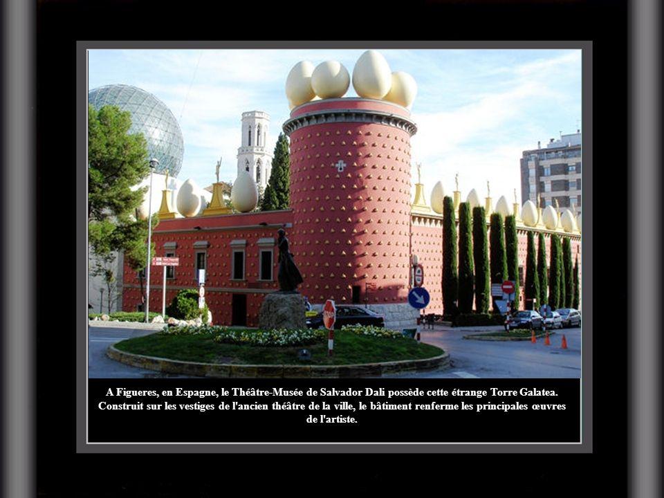 A Figueres, en Espagne, le Théâtre-Musée de Salvador Dali possède cette étrange Torre Galatea. Construit sur les vestiges de l'ancien théâtre de la vi