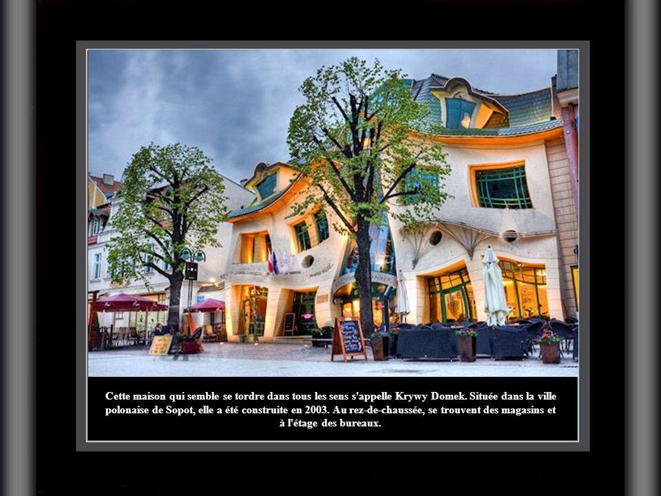 Cette maison qui semble se tordre dans tous les sens s'appelle Krywy Domek. Située dans la ville polonaise de Sopot, elle a été construite en 2003. Au