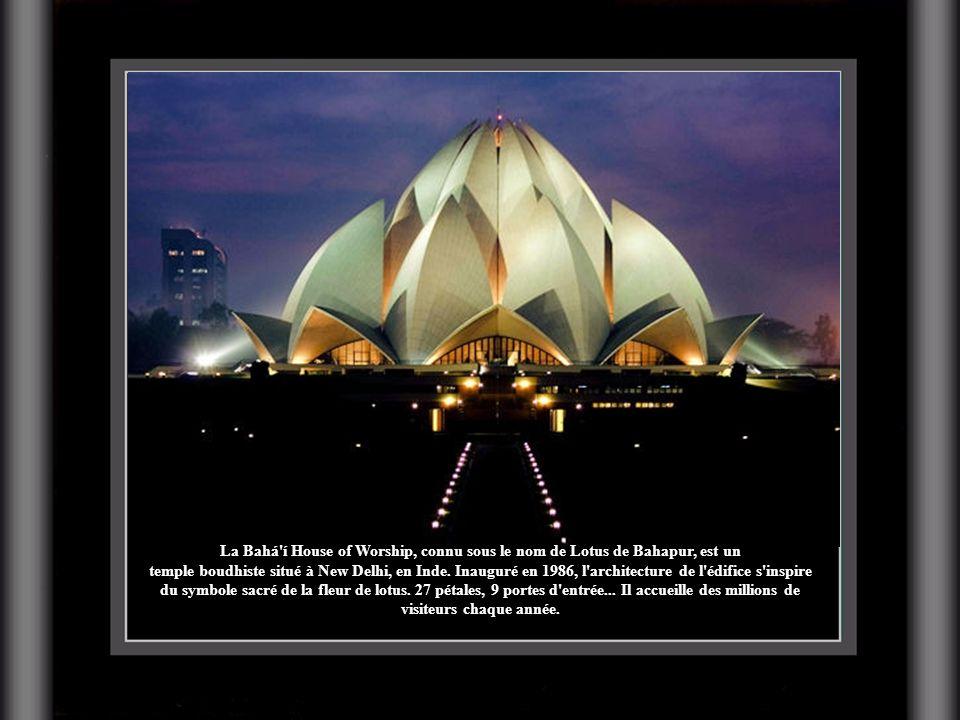 La Bahá'í House of Worship, connu sous le nom de Lotus de Bahapur, est un temple boudhiste situé à New Delhi, en Inde. Inauguré en 1986, l'architectur