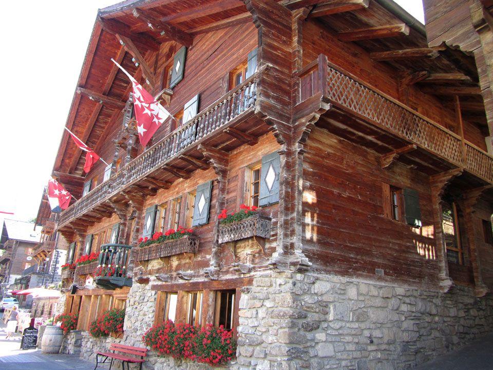 Champéry, représente le village typiquement Valaisan, de part son architecture préservée.
