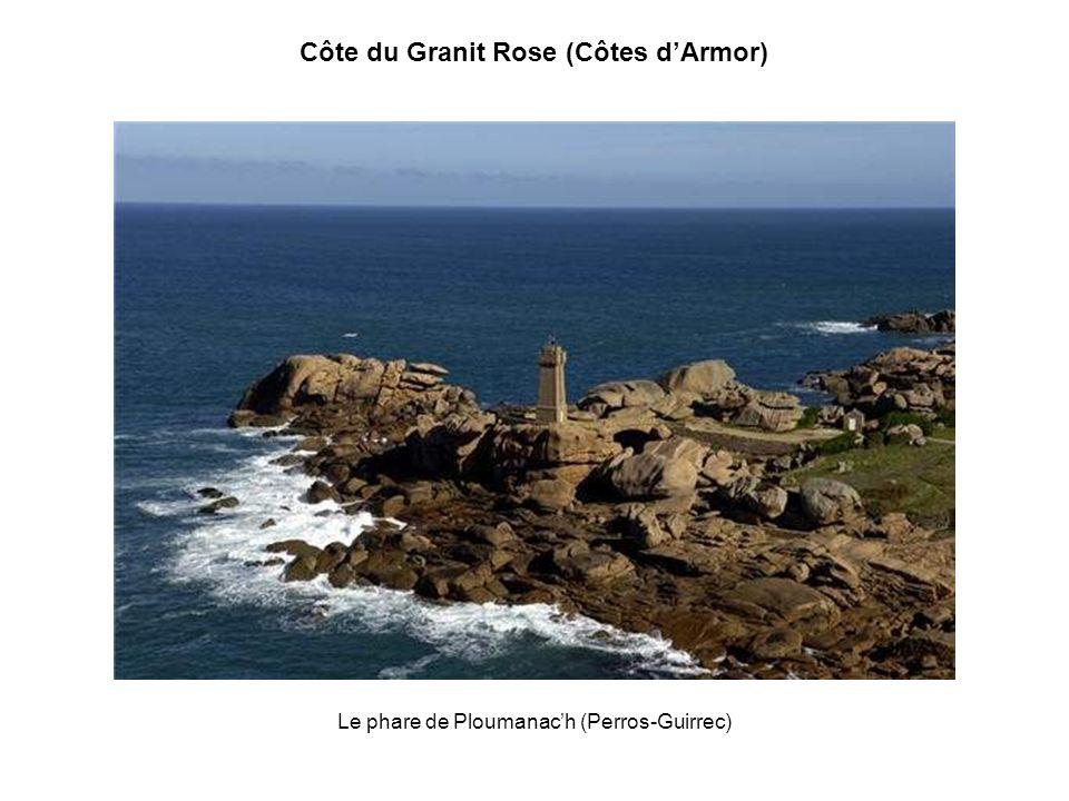 Côte du Granit Rose (Côtes dArmor) Trégastel, avec sa côte où alternent rochers de granit rose, plages de sable fin et chapelets dîlots pittoresques.