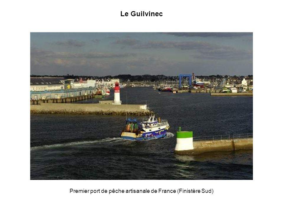 La baie de Goulven La baie de Goulven souvre entre les presquîles de Plouescat et de Kerlouan, dans le Finistère Nord. A marée basse, elle découvre de