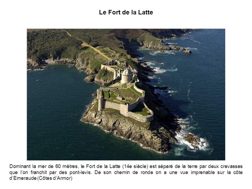 Le Fort de la Latte Dominant la mer de 60 mètres, le Fort de la Latte (14e siècle) est séparé de la terre par deux crevasses que lon franchit par des pont-levis.