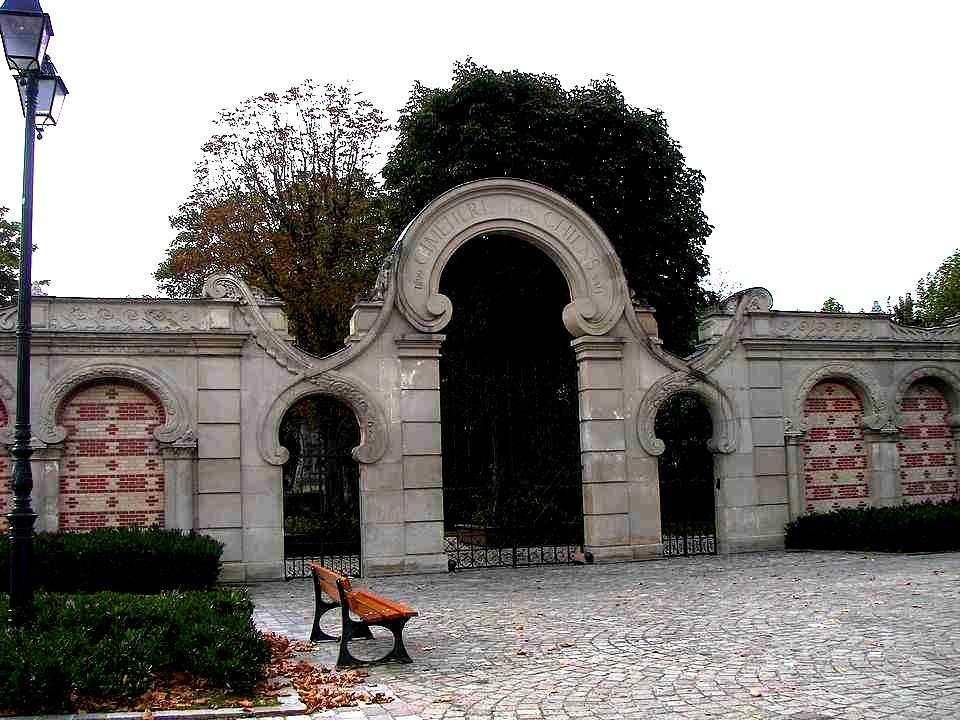 Le 15 Juin 1899, la Société achète au Baron de Bosmolet la moitié de lîle des Ravageurs. Ce cimetière est le premier cimetière animalier au monde à vo