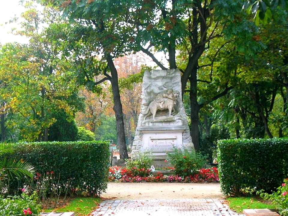 Avec les années, le cimetière se peuple de monuments et de sépultures importantes. Dès 1900, la direction fait ériger, face à lentrée, un monument à l