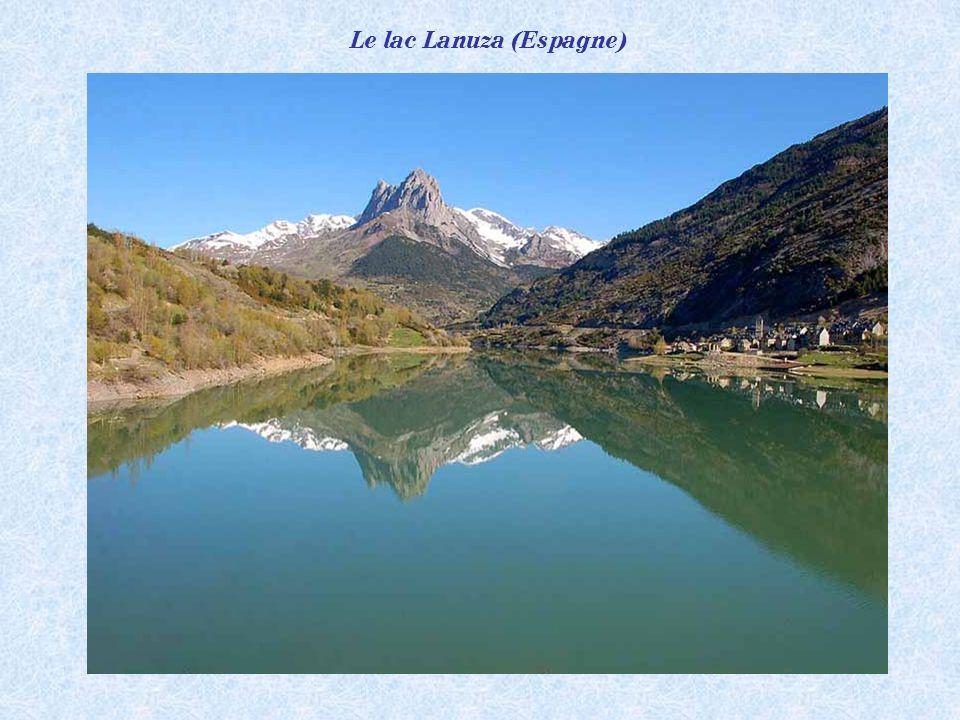 Le Vignemale 3298m, plus haut sommet des Pyrénées françaises et ses reflets sur le lac de Gaube (1731m).