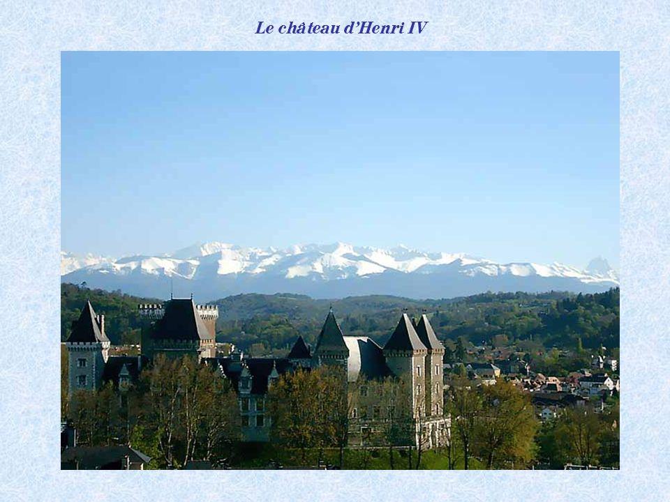 La capitale du Béarn ne se contourne pas. Elle se visite, elle se vit. Aux portes des Pyrénées, de lEspagne et du littoral Atlantique.
