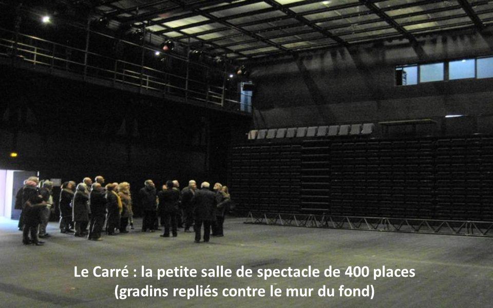 Le Carré : la petite salle de spectacle de 400 places (gradins repliés contre le mur du fond)