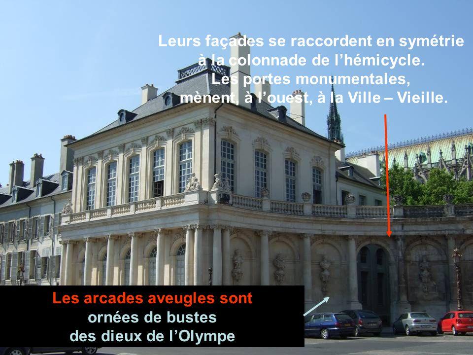 Pour tous 2 : un unique étage avec de très hautes fenêtres à arc surbaissé entre des pilastres corinthiens.
