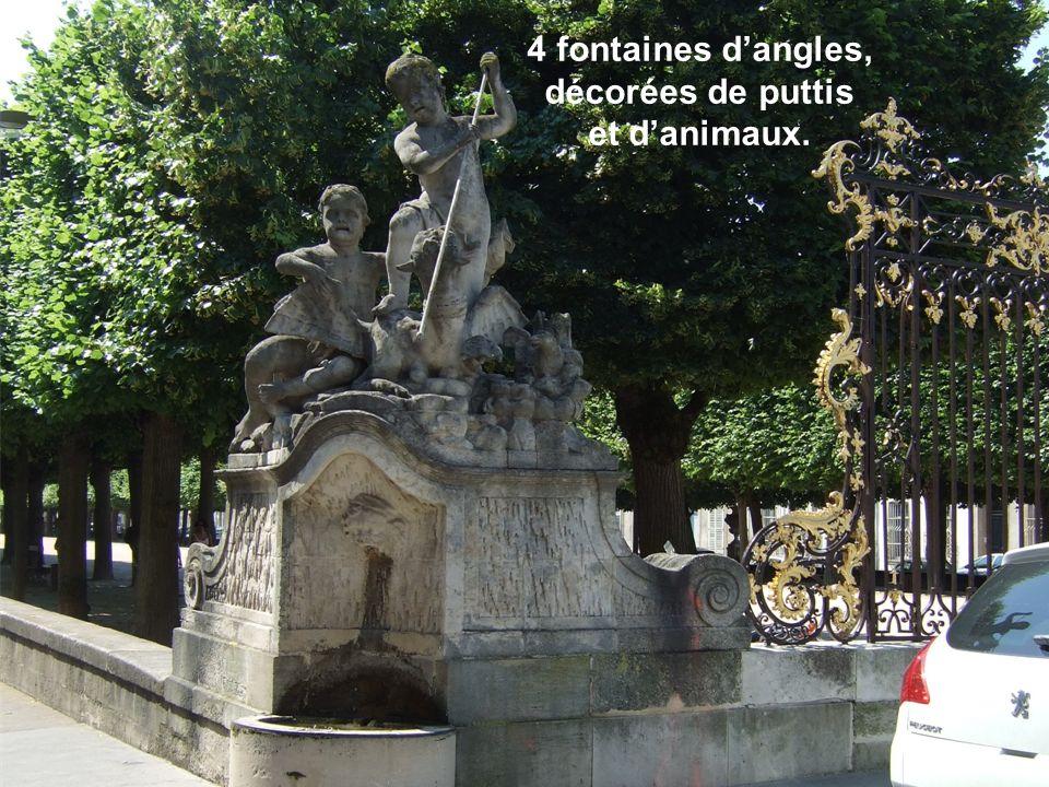 4 fontaines dangles, décorées de puttis et danimaux.