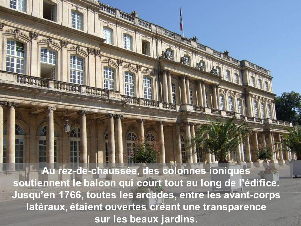 La balustrade soutenue par des piliers dordre corinthien, est surmontée de groupes allégoriques modelés par Barthélemy Guibal : la Justice, la Vérité, la Fécondité et le Pouvoir.