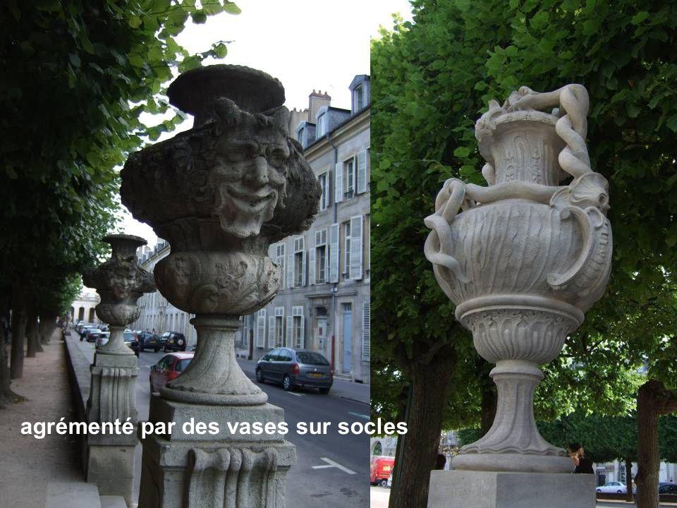 agrémenté par des vases sur socles