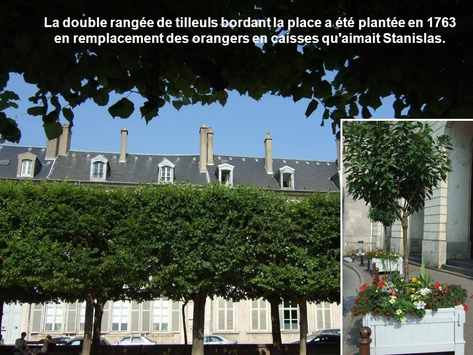 La double rangée de tilleuls bordant la place a été plantée en 1763 en remplacement des orangers en caisses qu aimait Stanislas.
