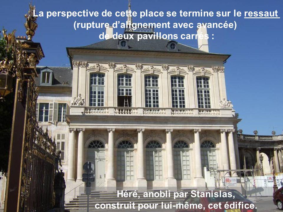 Au rez-de-chaussée, des colonnes ioniques soutiennent le balcon qui court tout au long de l édifice.