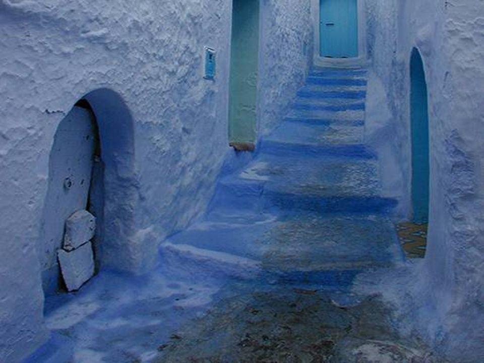 Des maisons de vieilles pierres forment les rues tortueuses avec des en suspens prononcées qui impriment à Chaouen un caractère singulier.