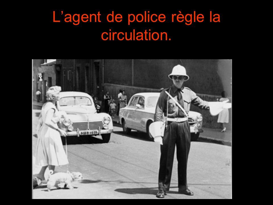 Lagent de police règle la circulation.
