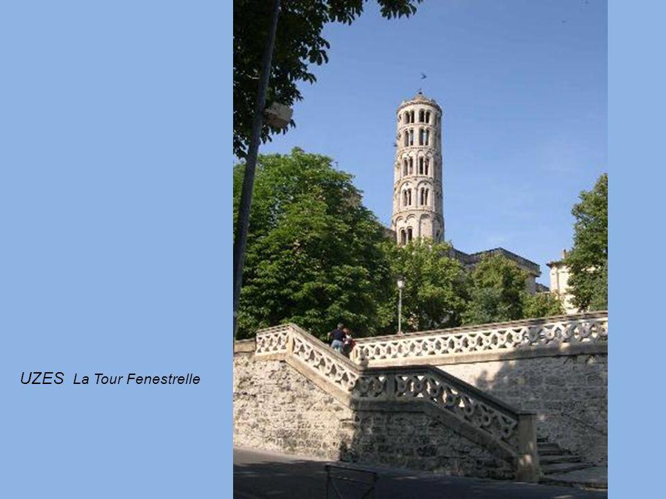 UZES Ancien évêché. 1°Duché de France. Ville touristique avec ses ruelles médiévales. Lieu de la source de lEure qui approvisionnait Nîmes par aqueduc