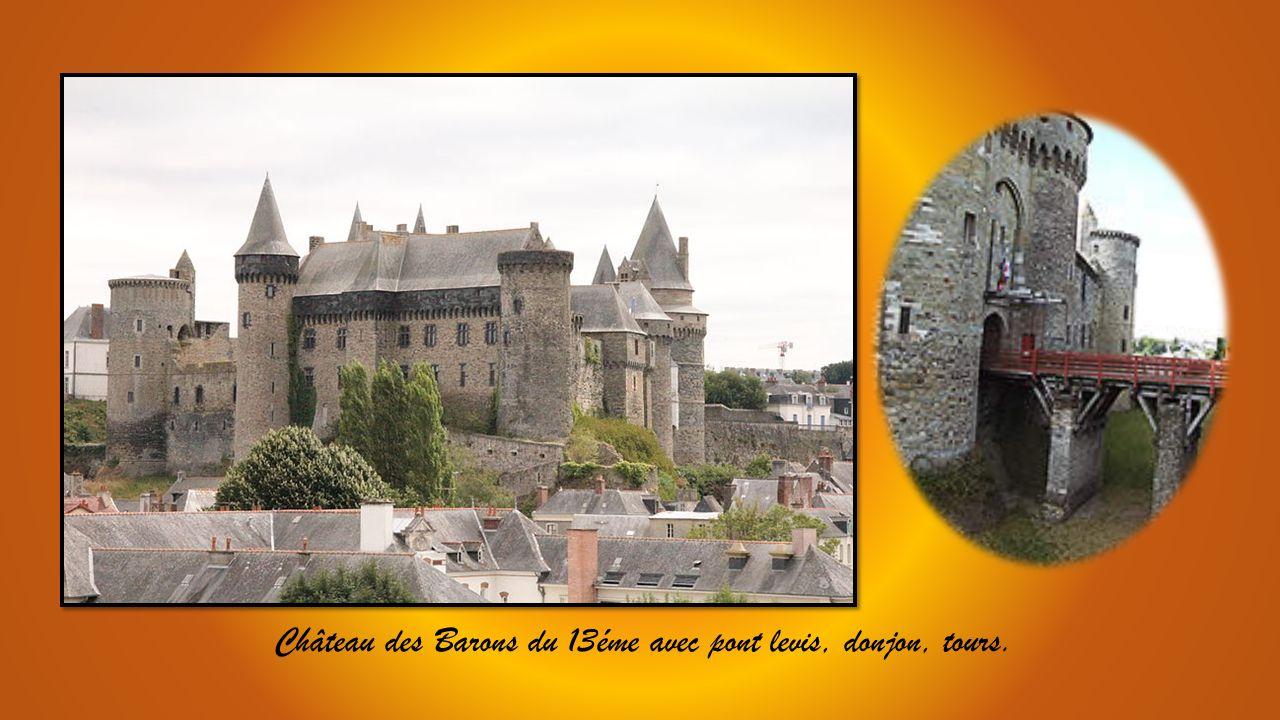Ville dArt et dHistoire, renommée pour le commerce de toiles de chanvre ou canevas.