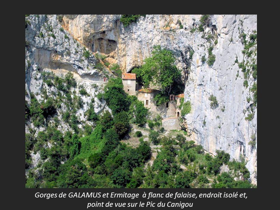 Gorges de GALAMUS et Ermitage à flanc de falaise, endroit isolé et, point de vue sur le Pic du Canigou