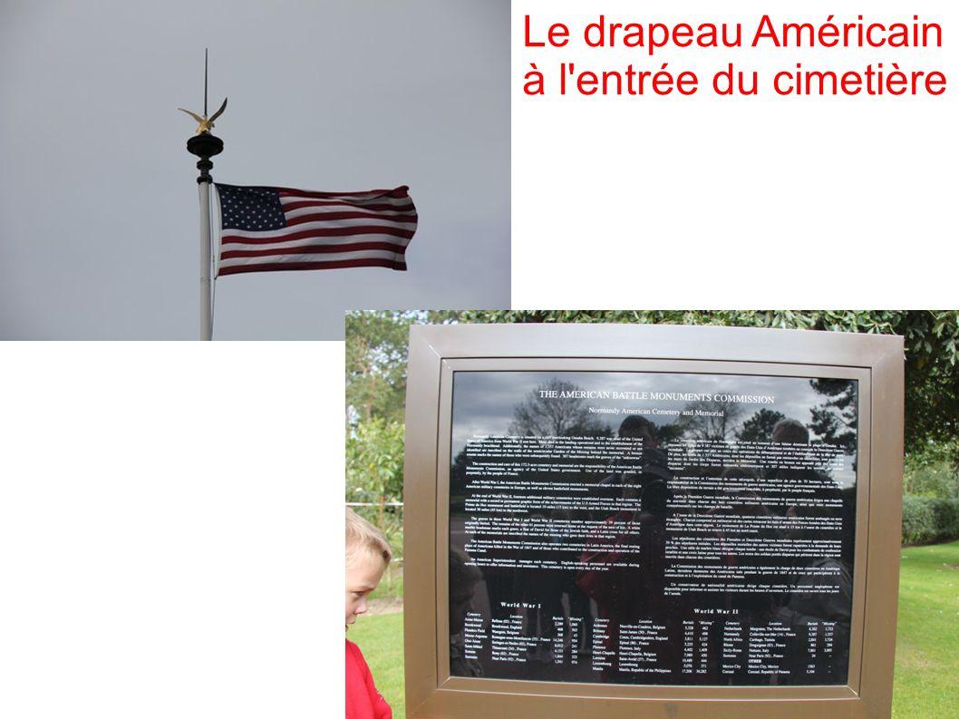 Le drapeau Américain à l entrée du cimetière