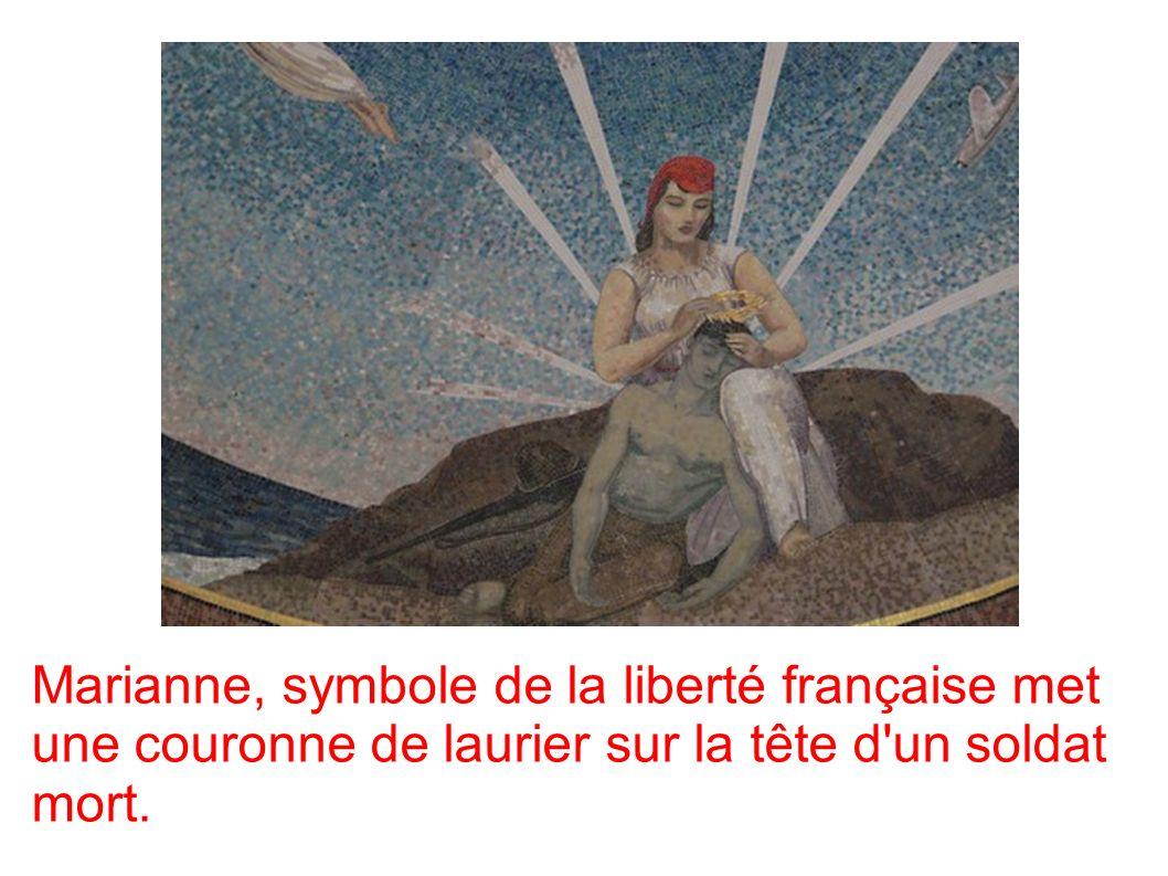 Marianne, symbole de la liberté française met une couronne de laurier sur la tête d un soldat mort.