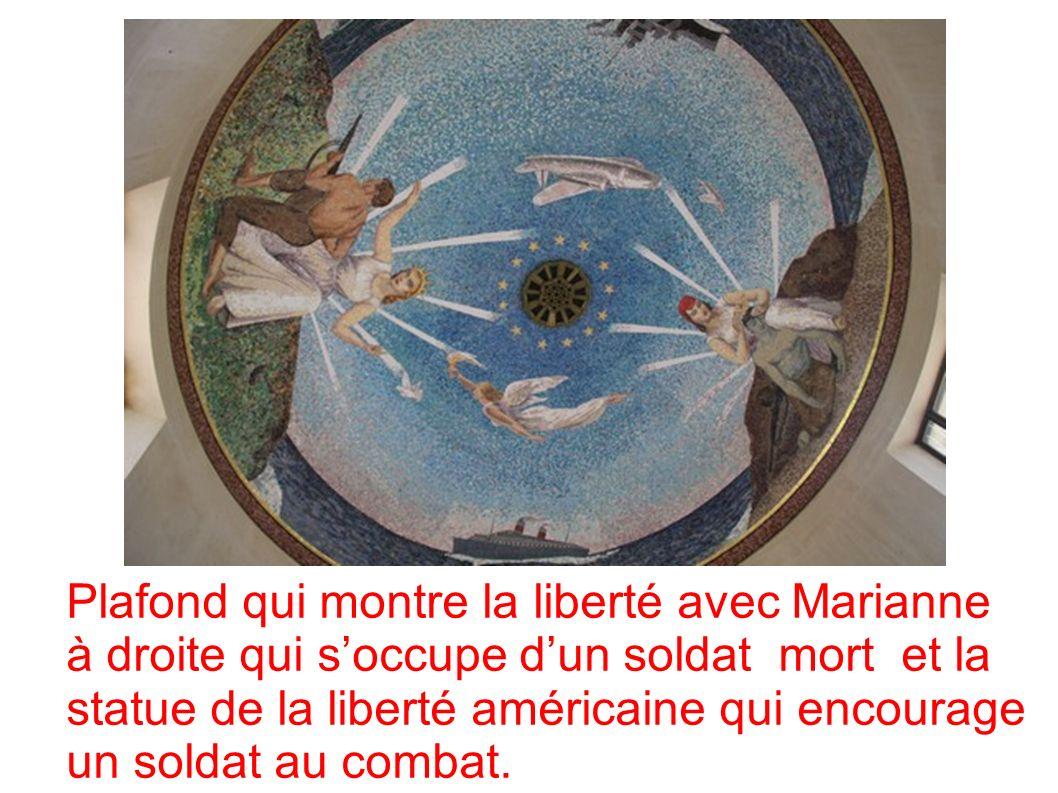 Plafond qui montre la liberté avec Marianne à droite qui soccupe dun soldat mort et la statue de la liberté américaine qui encourage un soldat au combat.