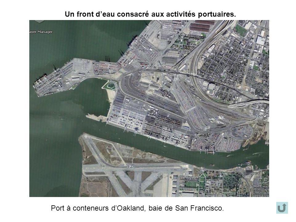 Un front deau consacré aux activités portuaires. Port à conteneurs dOakland, baie de San Francisco.