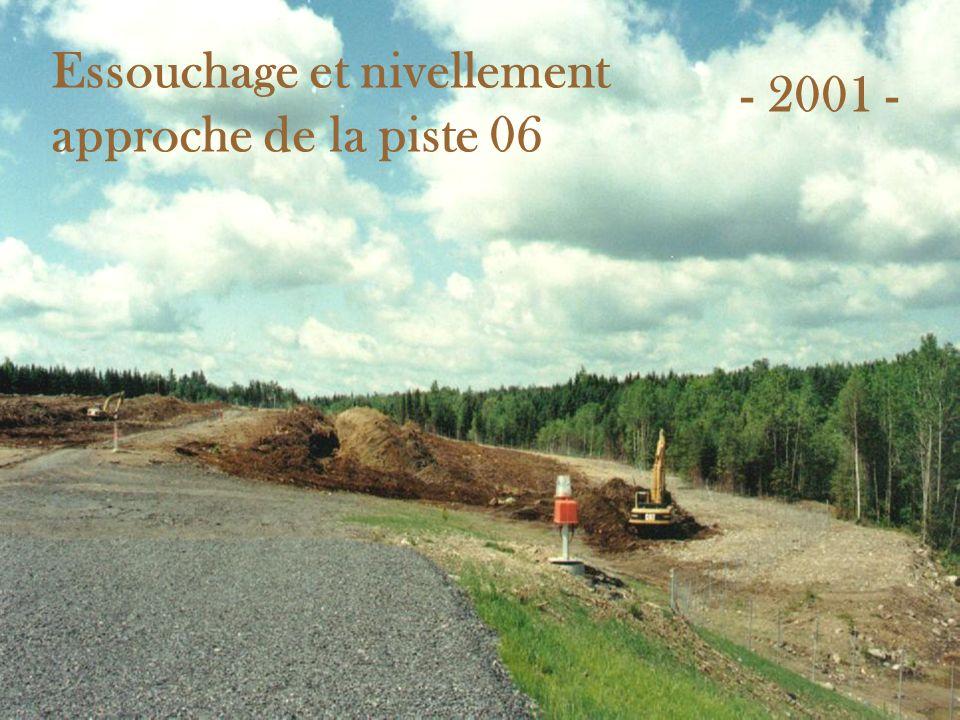 Essouchage et nivellement approche de la piste 06 - 2001 -