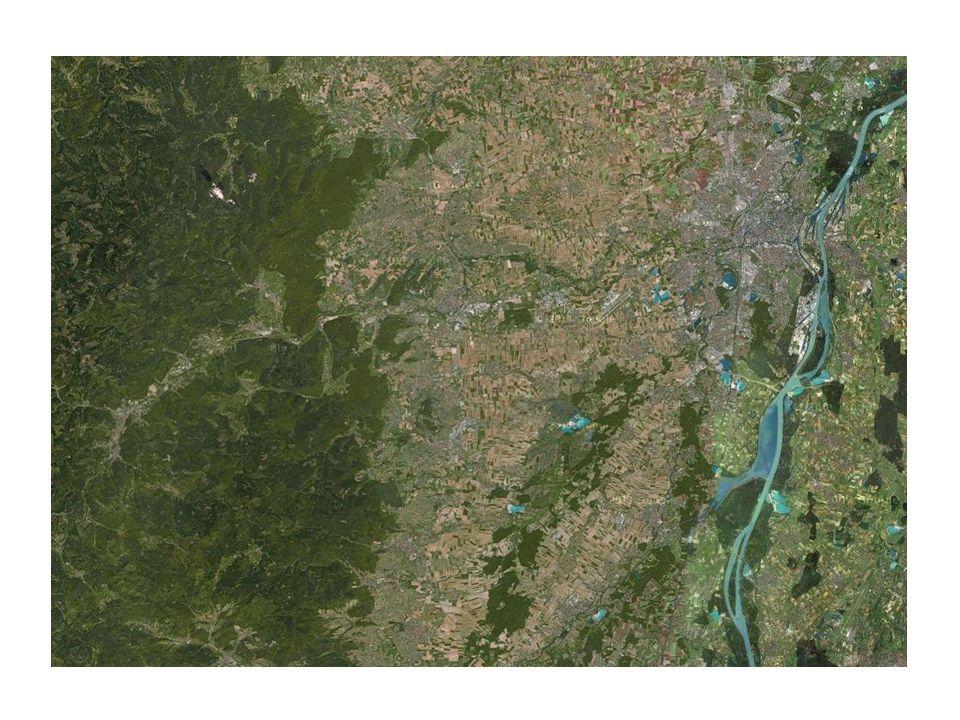 Introduction (facultative pour gagner du temps): Il ny a pas de reliefs importants dans les espaces périurbains strasbourgeois, la publicité est un montage dont le but est de créer une atmosphère montagnarde et forestière.